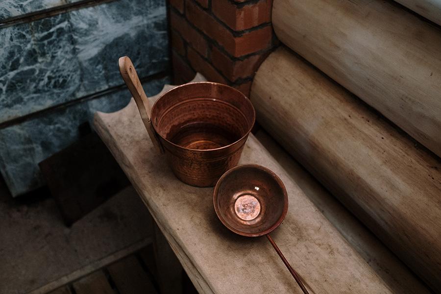 Wasserschale in einer Sauna