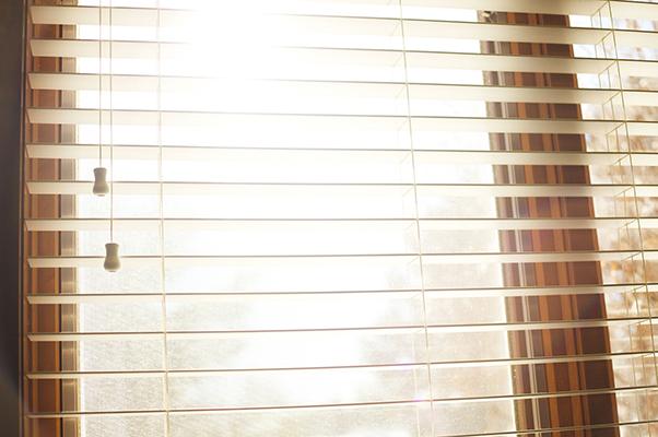 Licht scheint durch ein Fenster mit Jalousie