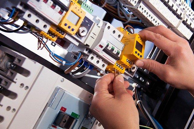 Elektriker bei der Installation einer Sicherung